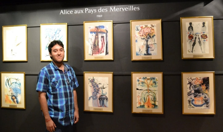 Maurício Coelho, na exposição permanente Espace Dalí em Paris, França.