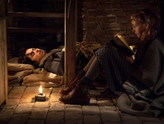"Cena de ""A Menina que Roubava Livros"": Liesel lê para Max"