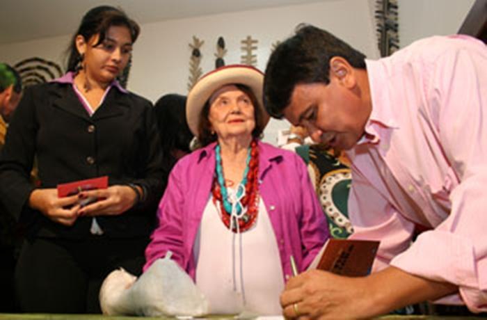 Wellington Dias durante sessão de autógrafos no Salipi.
