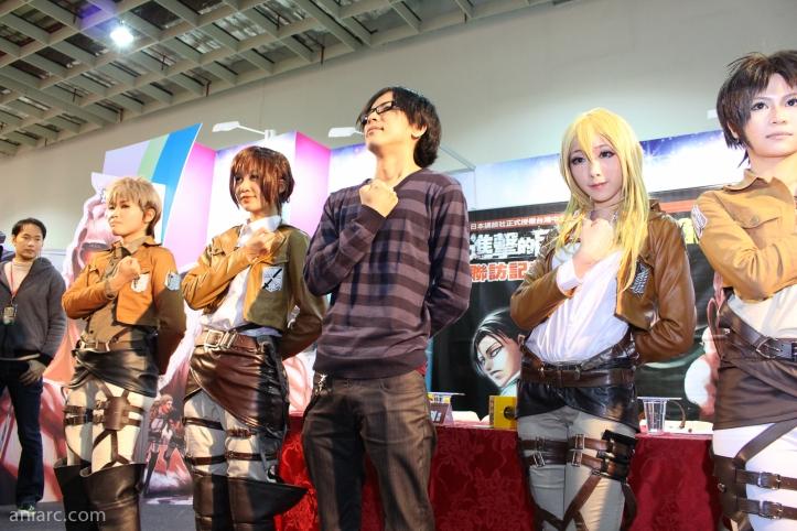 Hajime Isayama com cosplayers de sua obra