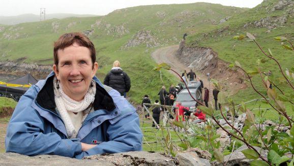 Autora Ann Cleeves visitando os sets de filmagem da série.