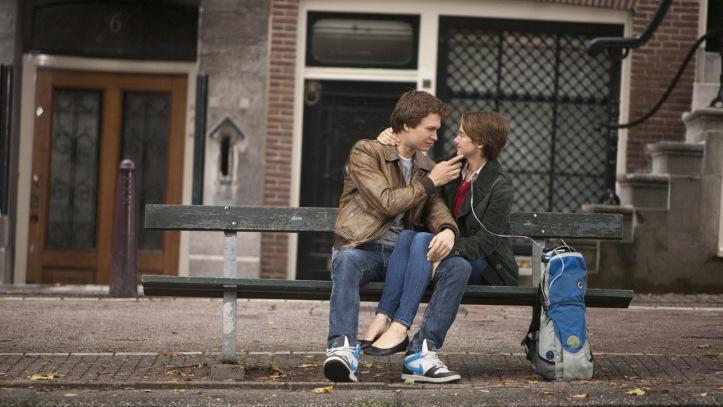 Shailene Woodley (Hazer) e Ansel Elgort (Gus), em cena no filme.