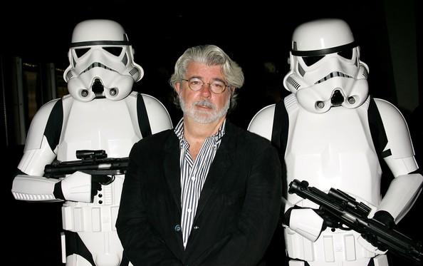 George Lucas escoltado por stormtroopers