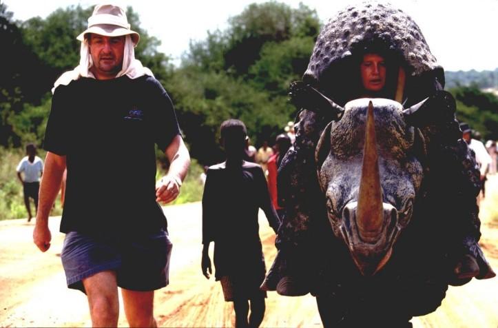 Essa foto é um achado na internet. À esquerda, Douglas Adams na escalada do rinoceronte.