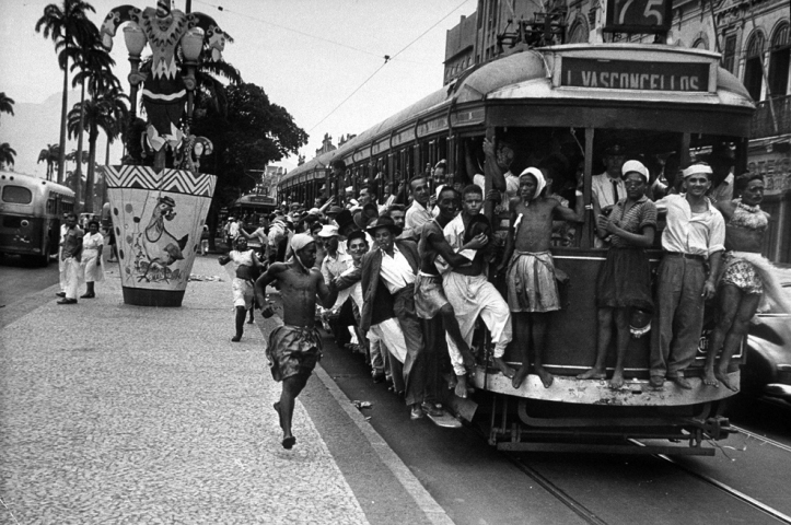 Carnaval de rua nos bondes no Rio da década de 50  (Foto: Leonard Mccombe)