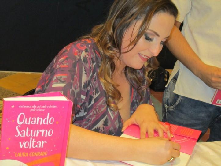 Laura Conrado na sessão de autógrafos. em Belo Horizonte.