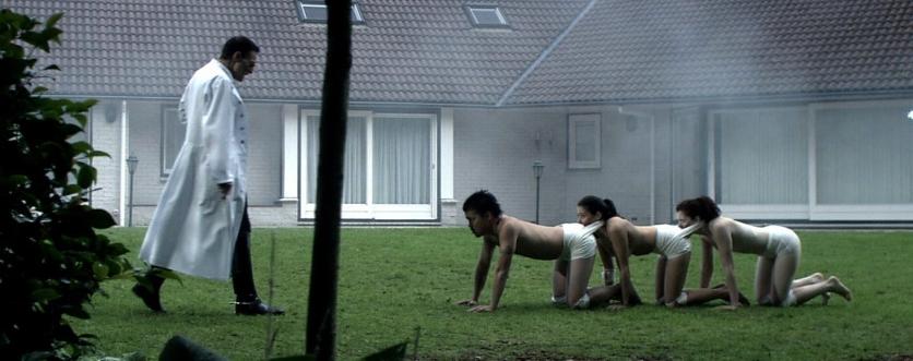 """Cena do primeiro filme da franquia """"The Human Centipede"""""""